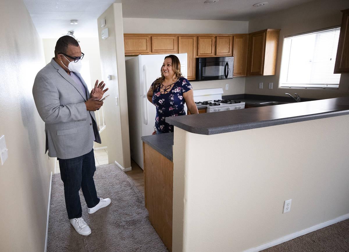 El agente inmobiliario Cassidy Cotten, a la derecha, muestra una vivienda a la compradora por p ...
