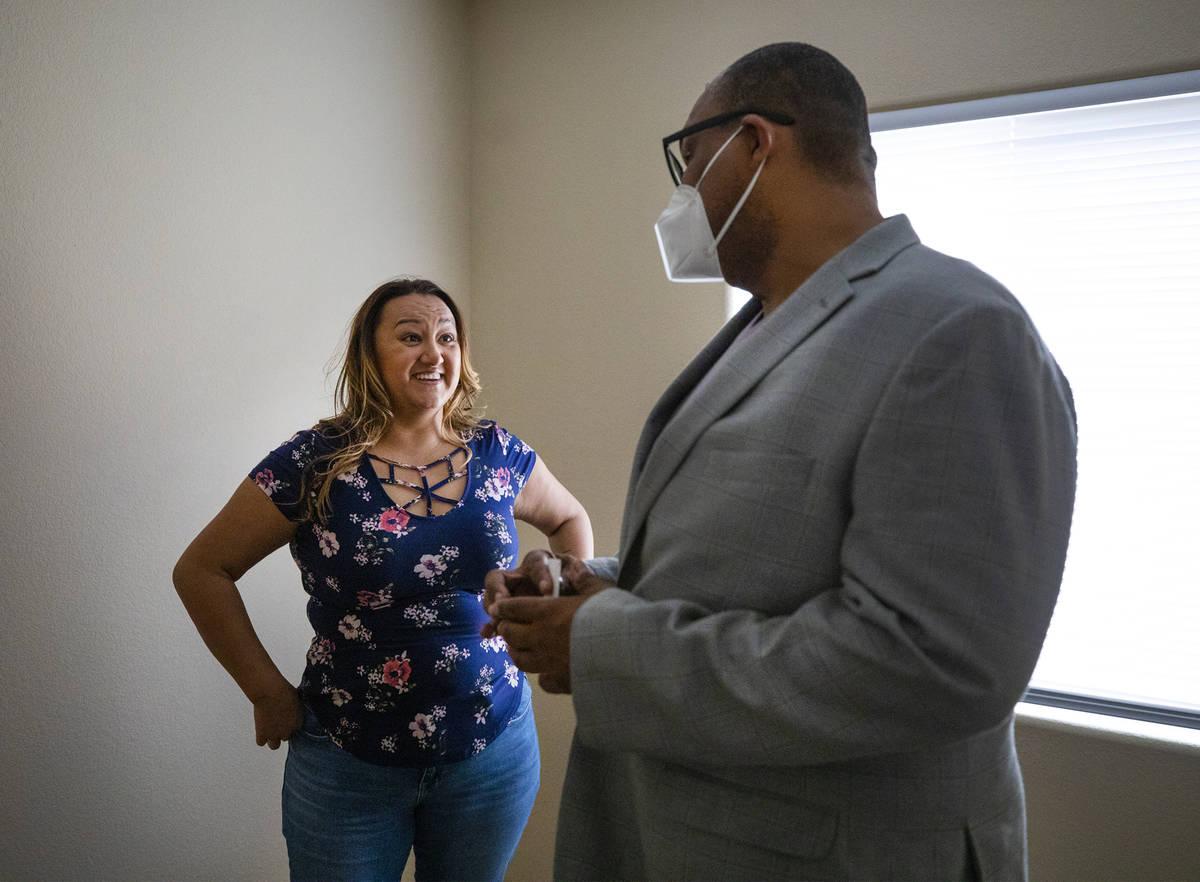 La compradora de vivienda por primera vez, Amy Phinsee, a la izquierda, escucha al agente inmob ...