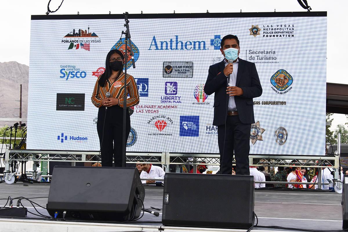 El representante de la Federación de Poblanos, Juan Carlos Varillas (derecha), recordó la historia de la celebración del Cinco de Mayo. Sábado 1 de mayo de 2021 en Bob Price Park. [Foto Anthony Avellaneda / El Tiempo]