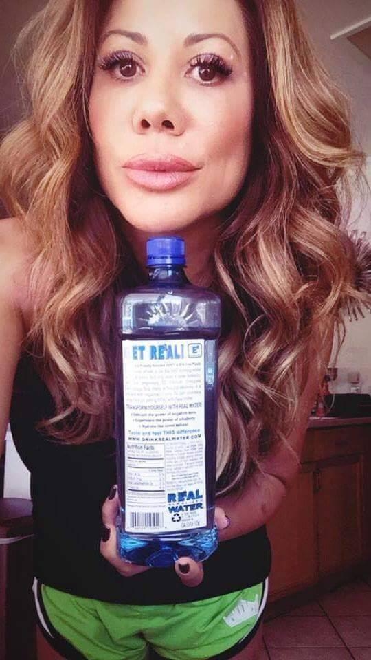 La luchadora de artes marciales mixtas Lisa King recibió botellas gratis de Real Water a cambi ...