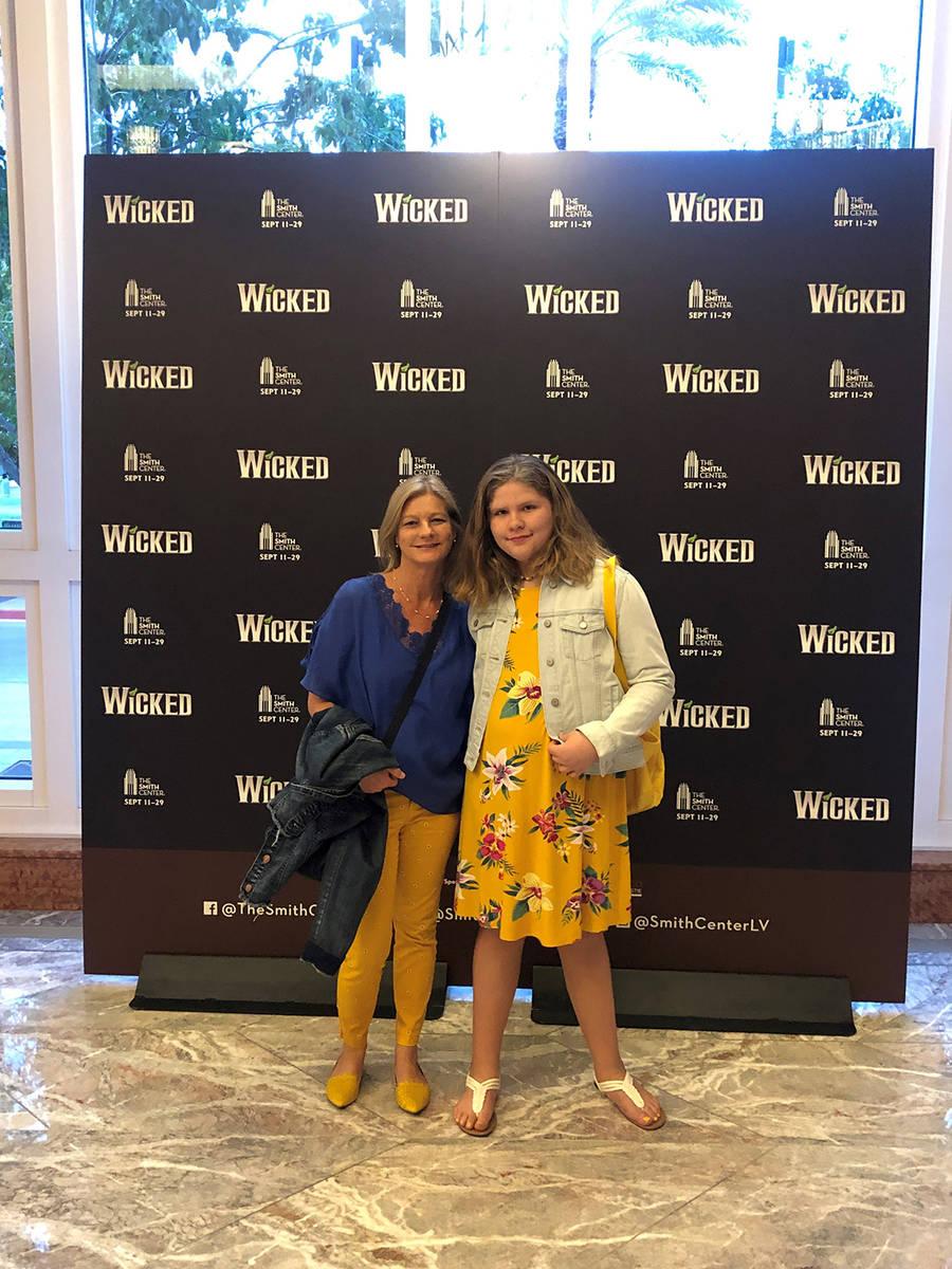 Pilar Young y su pequeña hija Allison disfrutan ver obras de teatro juntas. [Foto Cortesía]