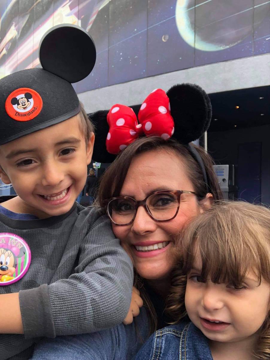 La jueza Adriana Rincón -White y su pequeña Briana y su hijo Bryce en un viaje a Disneyland. ...