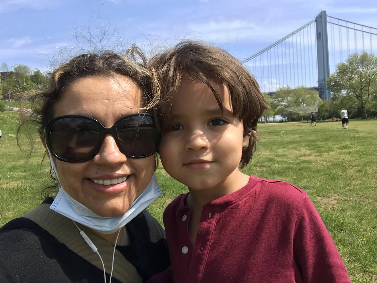 Claudia Valenzuela posa felizmente con su pequeño Sebastián de 5 años. [Foto Cortesía]