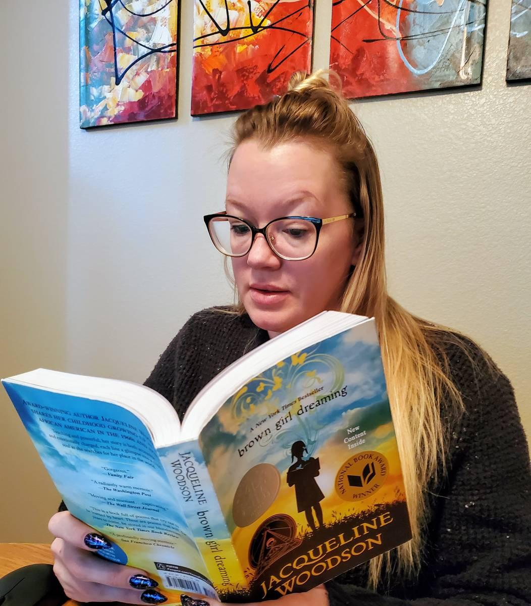 Ashley Price, profesora de Monaco Middle School Las Vegas, lee uno de los libros que solicitó ...