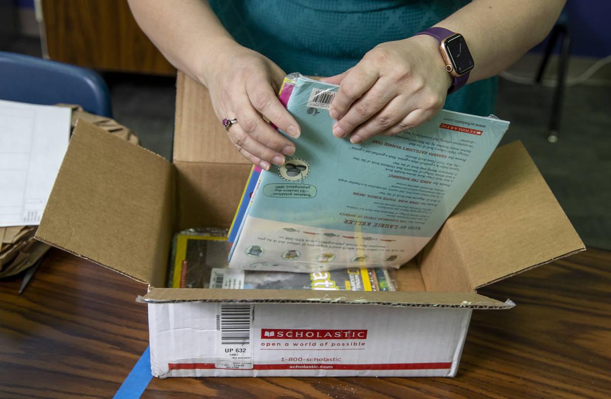 La profesora de Long STEAM Academy, Shana Prue, desempaqueta cajas de material escolar en su au ...