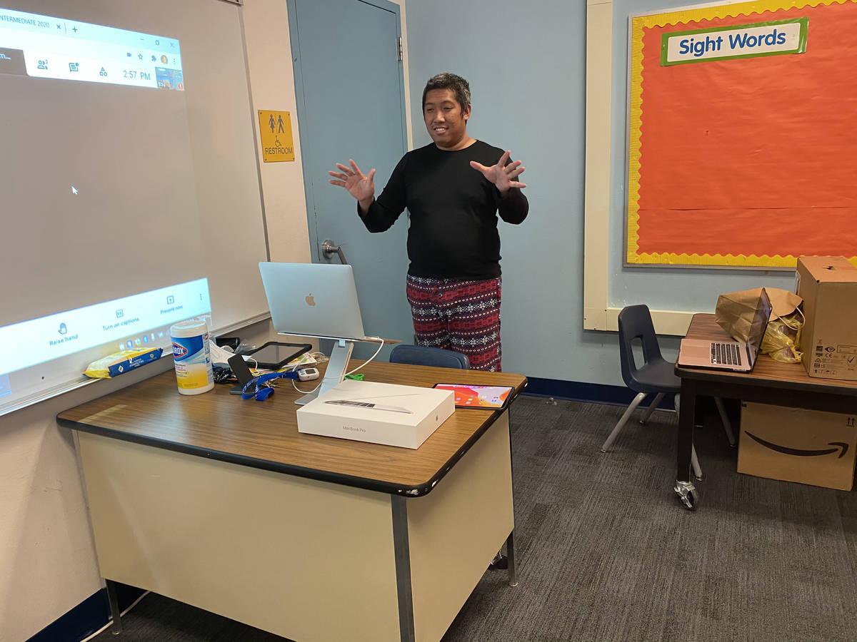 Edmon Miguel, profesor de la primaria McWilliams de Las Vegas, enseña a sus alumnos durante la ...