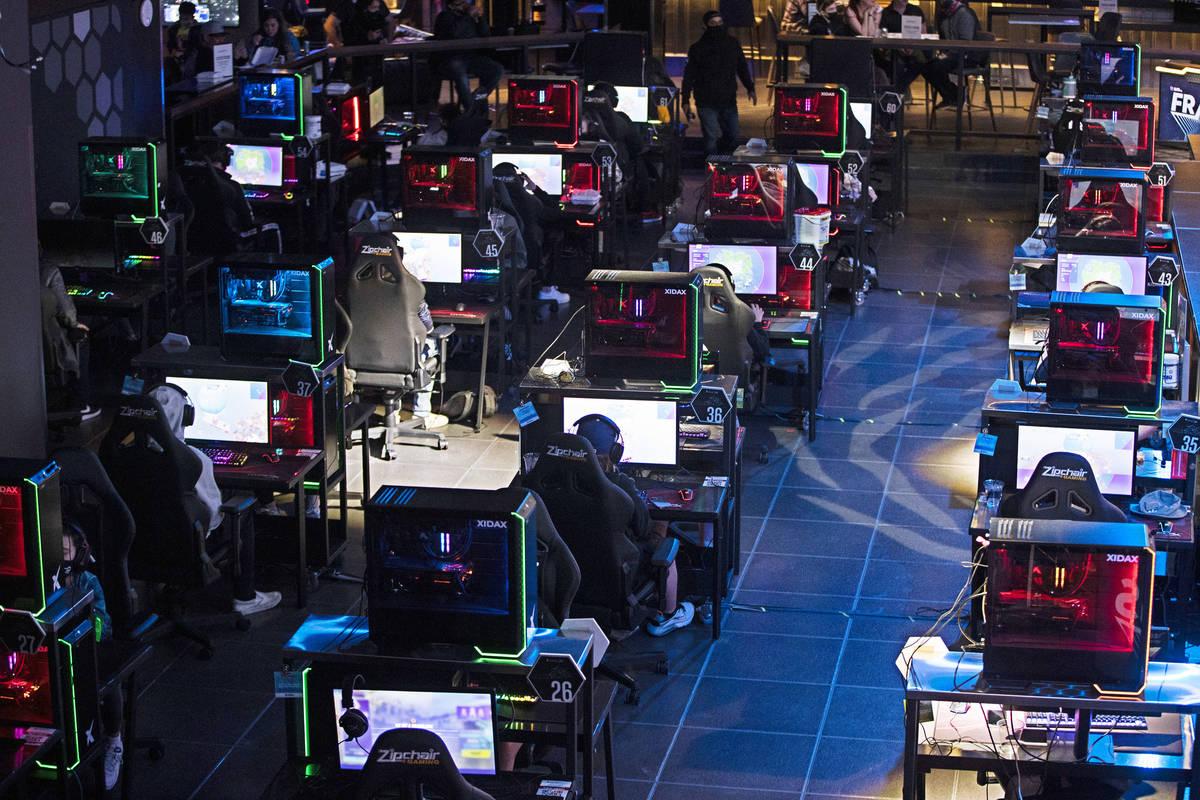 "Jugadores compiten durante el torneo de Fortnite ""Friday Night Frags"" en HyperX Esports Arena d ..."