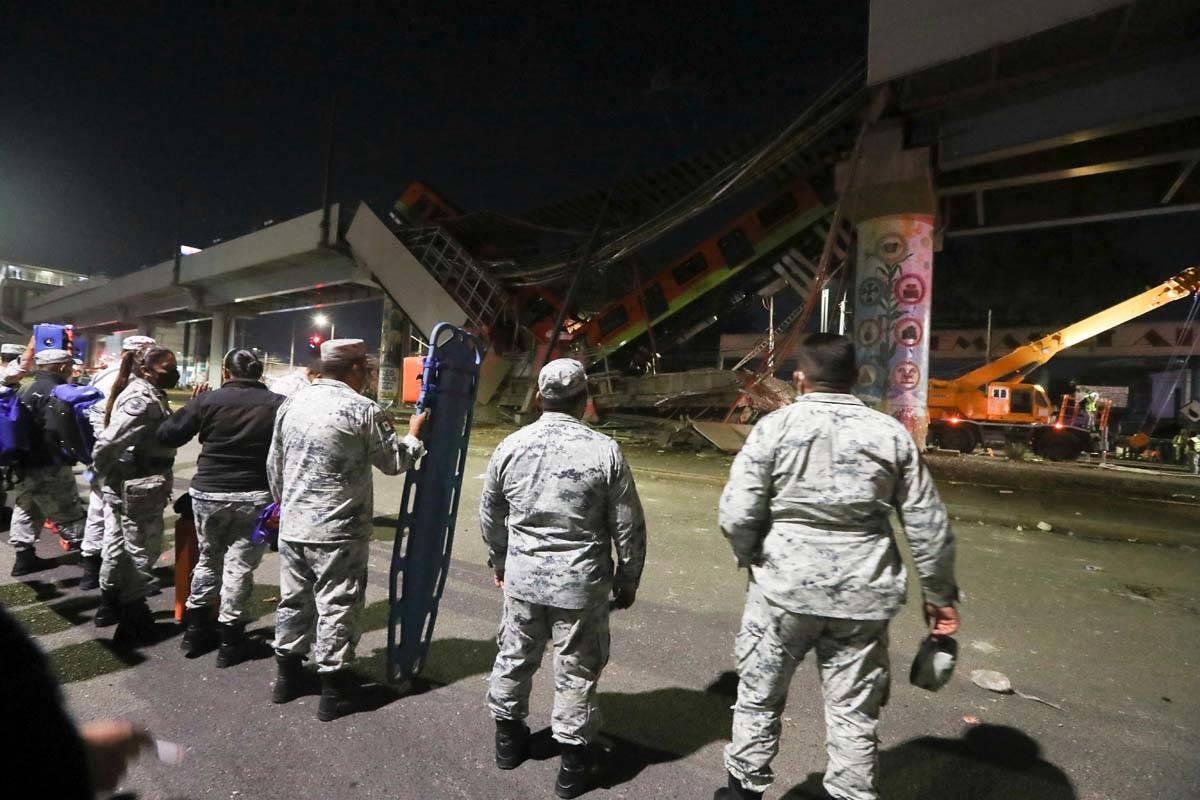 Soldados del ejército de México sostienen camillas mientras esperan para ayudar en las tareas ...