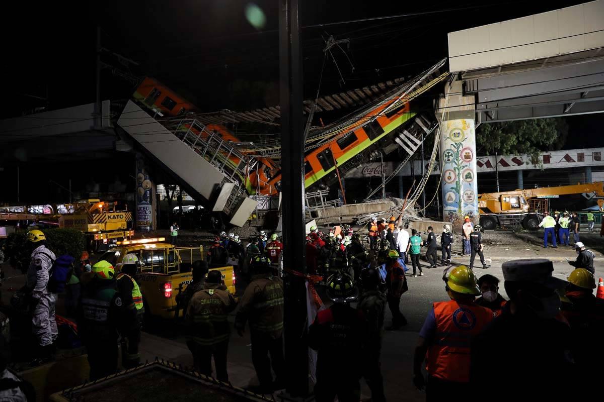 Personal de rescate recupera cuerpos de la escena de un accidente donde vagones del metro cayer ...