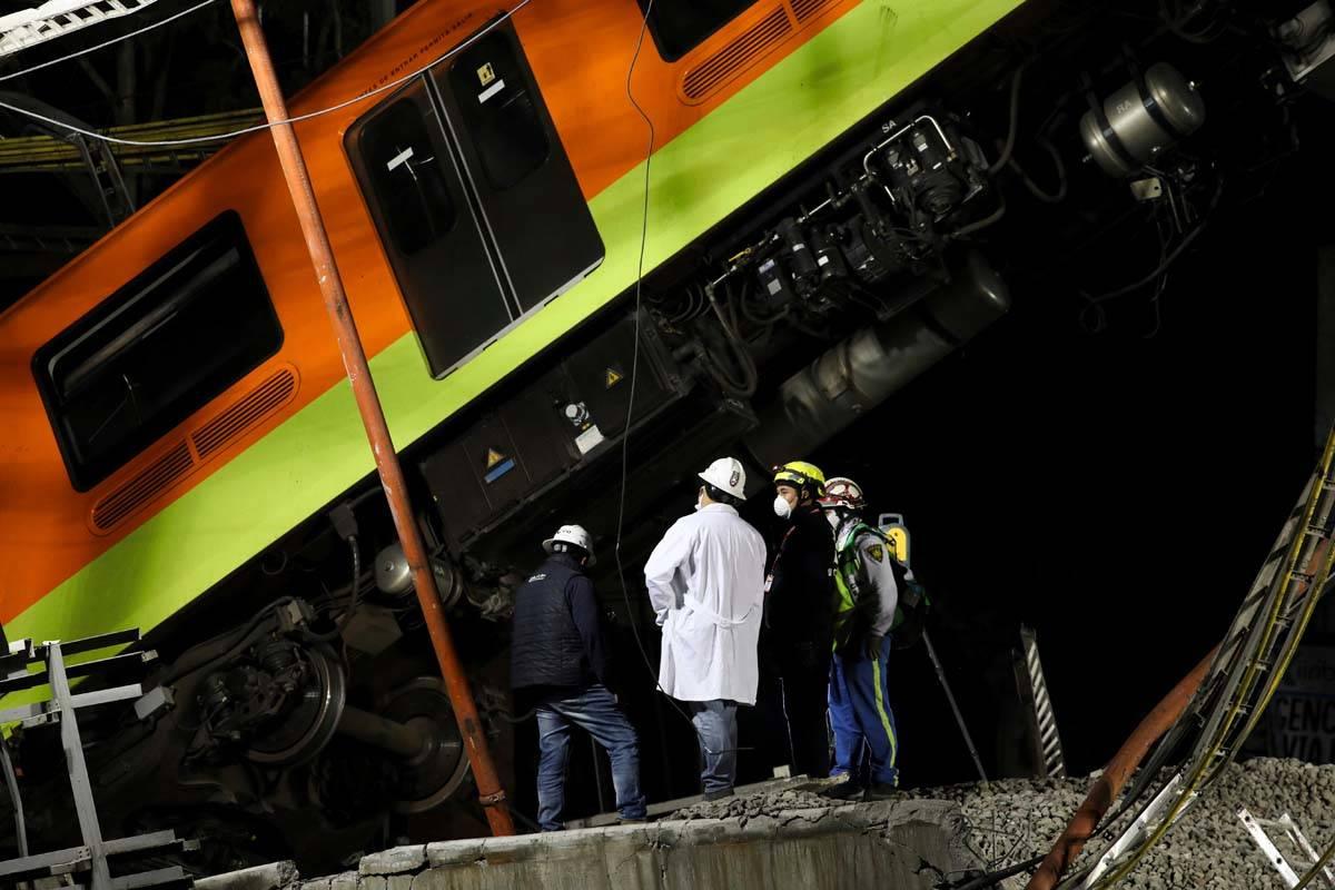 Personal trabaja en las labores de rescate tras la caída de vagones del metro al colapsar un t ...