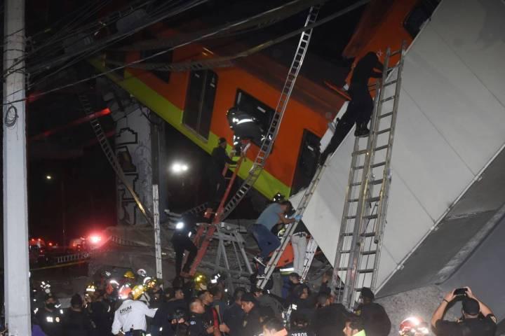 Bomberos y personal de rescate de la Ciudad de México trabajan para recuperar a las víctimas ...