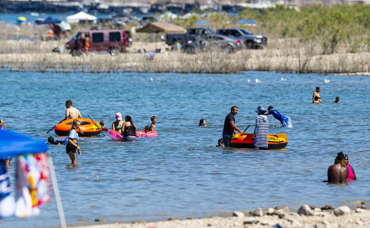 La gente se relaja en el agua en Boulder Beach en Lake Mead National Recreation Area el miérco ...