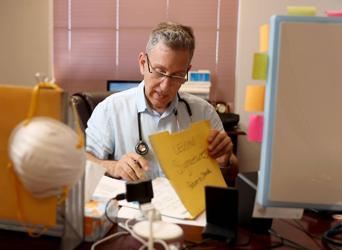 El doctor Michael Levin, pediatra de Henderson, en su consultorio el lunes, 3 de mayo de 2021. ...