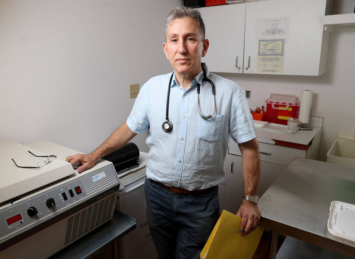 El doctor Michael Levin, pediatra de Henderson, el lunes 3 de mayo de 2021, con la centrifugado ...