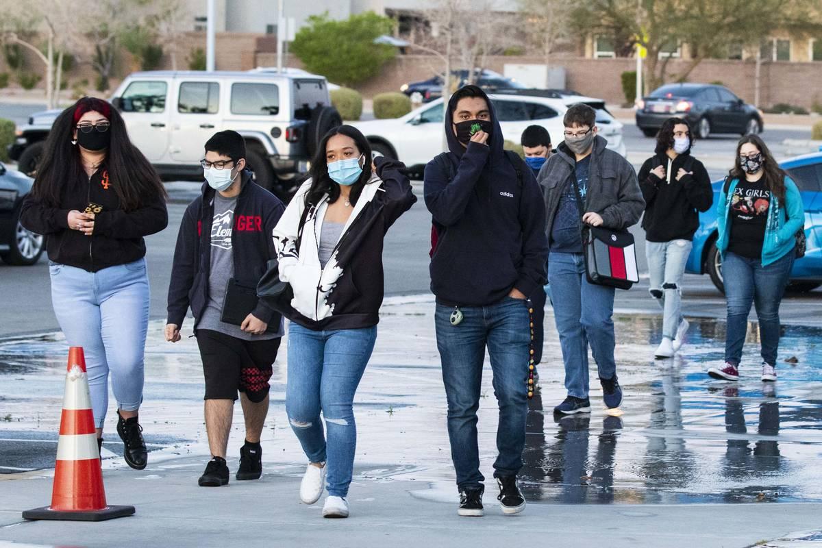 Estudiantes llegan a la Preparatoria Liberty el lunes, 22 de marzo de 2021, en Henderson. Los e ...