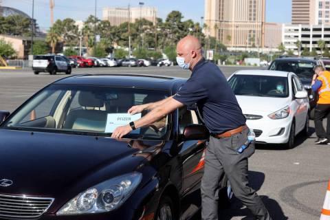 Travis Haldeman, un ingeniero del Departamento de Bomberos del Condado Clark, marca coches en u ...