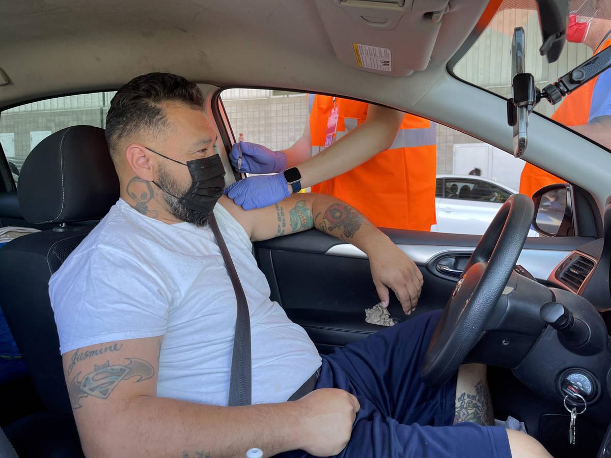 Carlos Montiel de Las Vegas recibe su vacuna en una clínica drive-thru de vacunas contra COVID ...