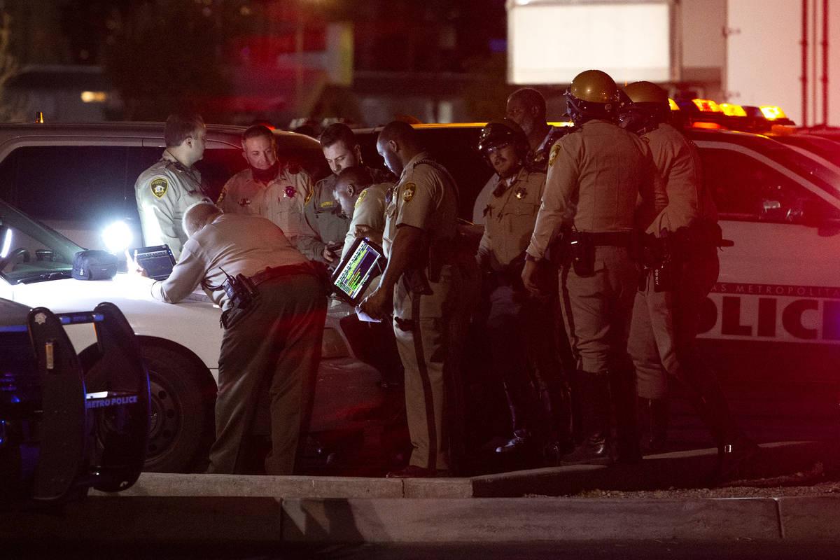 La Policía Metropolitana investiga la escena en la que al menos un agente abrió fuego cerca d ...