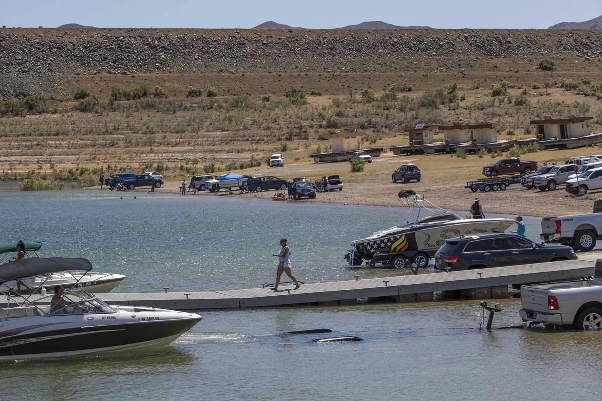 Navegantes entran y salen del agua en el puerto de Boulder en Lake Mead National Recreation Are ...