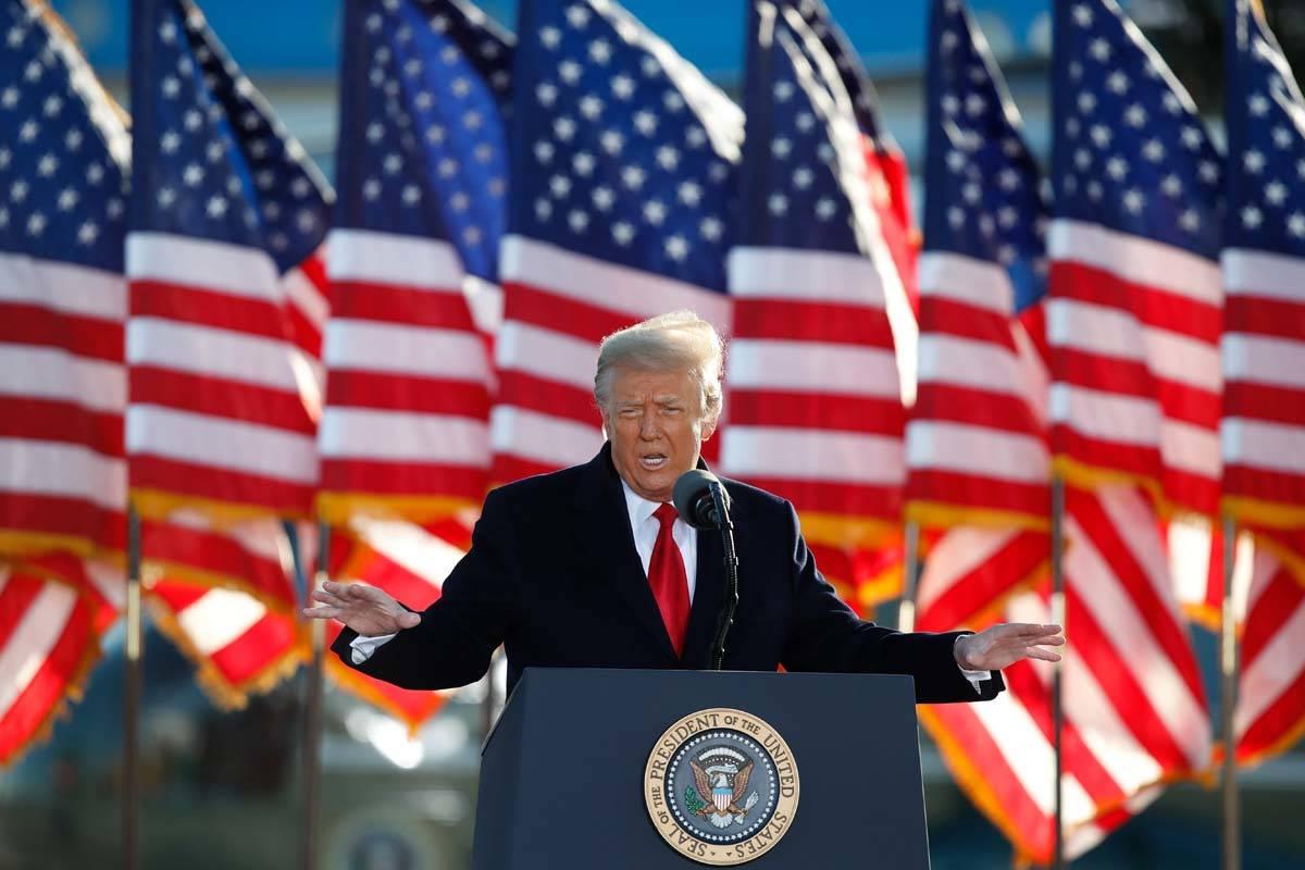 El presidente Donald Trump habla a la multitud antes de abordar el Air Force One en Andrews Air ...