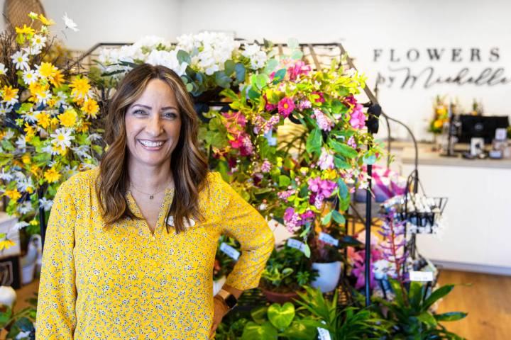 Michelle Jones, propietaria de Flowers by Michelle, en su tienda del noroeste del valle el mié ...
