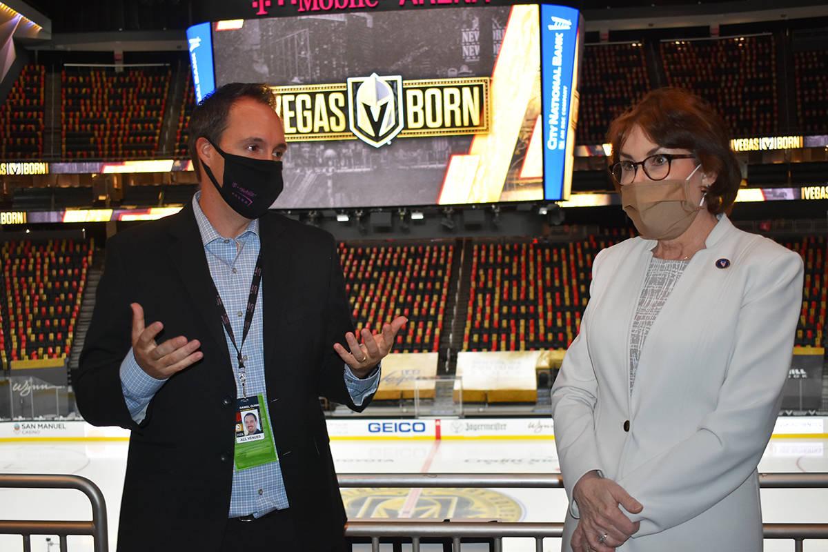 La senadora Jacky Rosen visitó el Strip de Las Vegas para observar los esfuerzos de la recuper ...