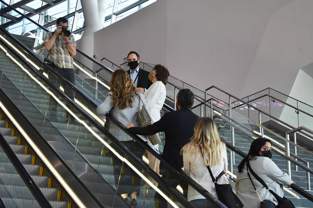 La senadora Jacky Rosen y ejecutivos de MGM Resorts International realizaron un recorrido por l ...