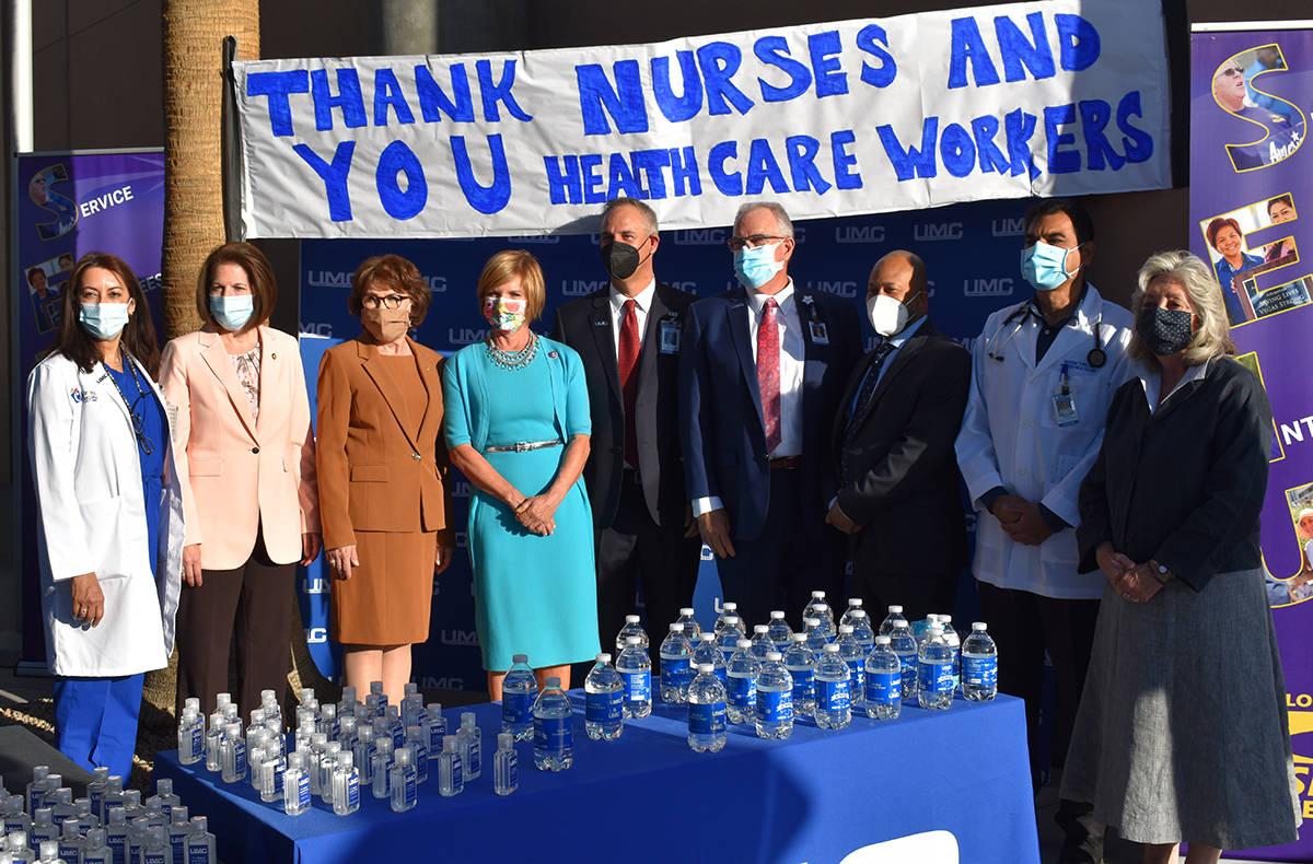 La primera dama, Jill Biden habló con la gente que esperaba en el UMC. Caminó hacia una mesa ...