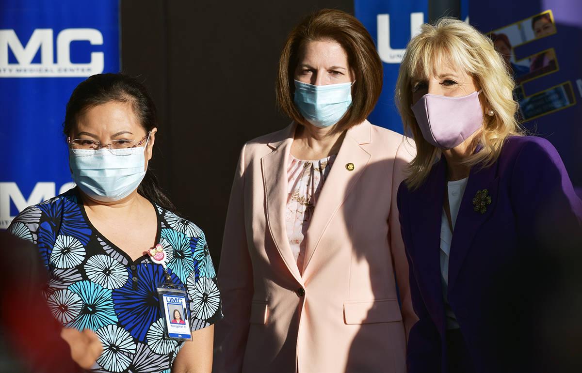 La primera dama Jill Biden visitó enfermeras y escuela de Las Vegas. En la foto, desde la izqu ...