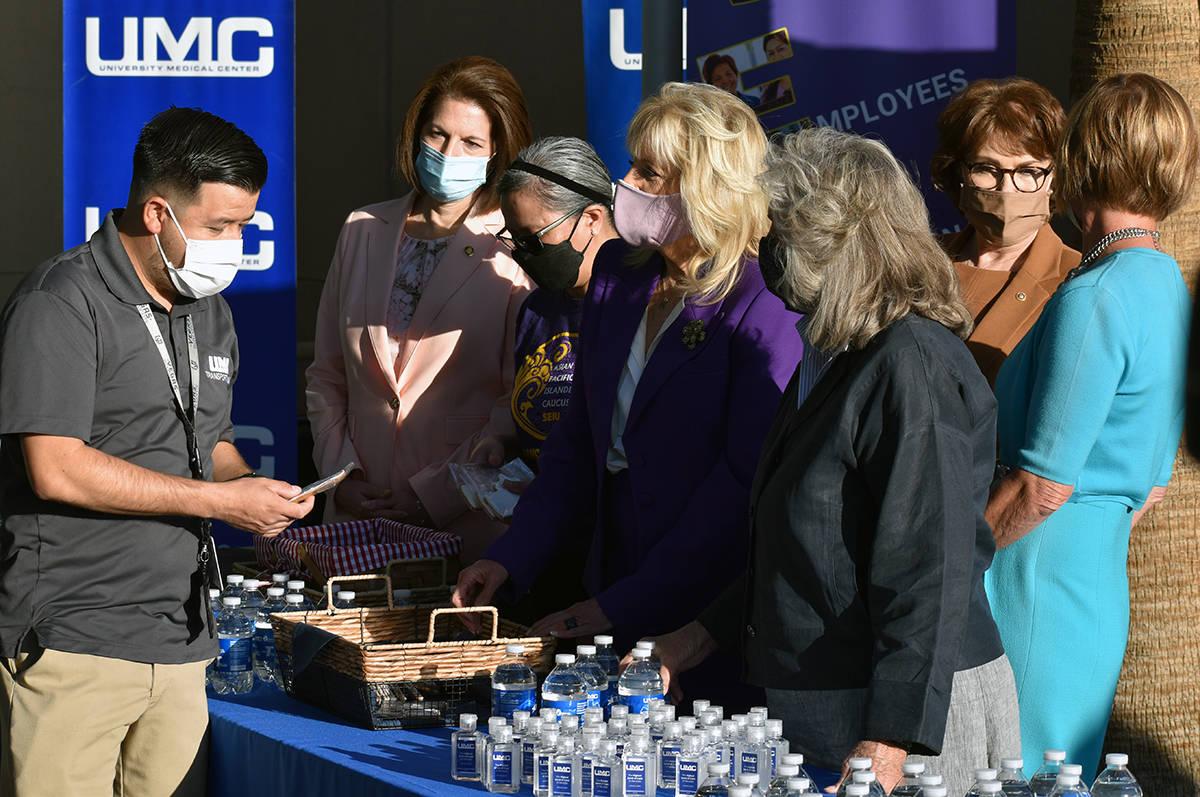 La primera dama, Jill Biden saludó y agradeció al personal de primera respuesta. En la foto, ...