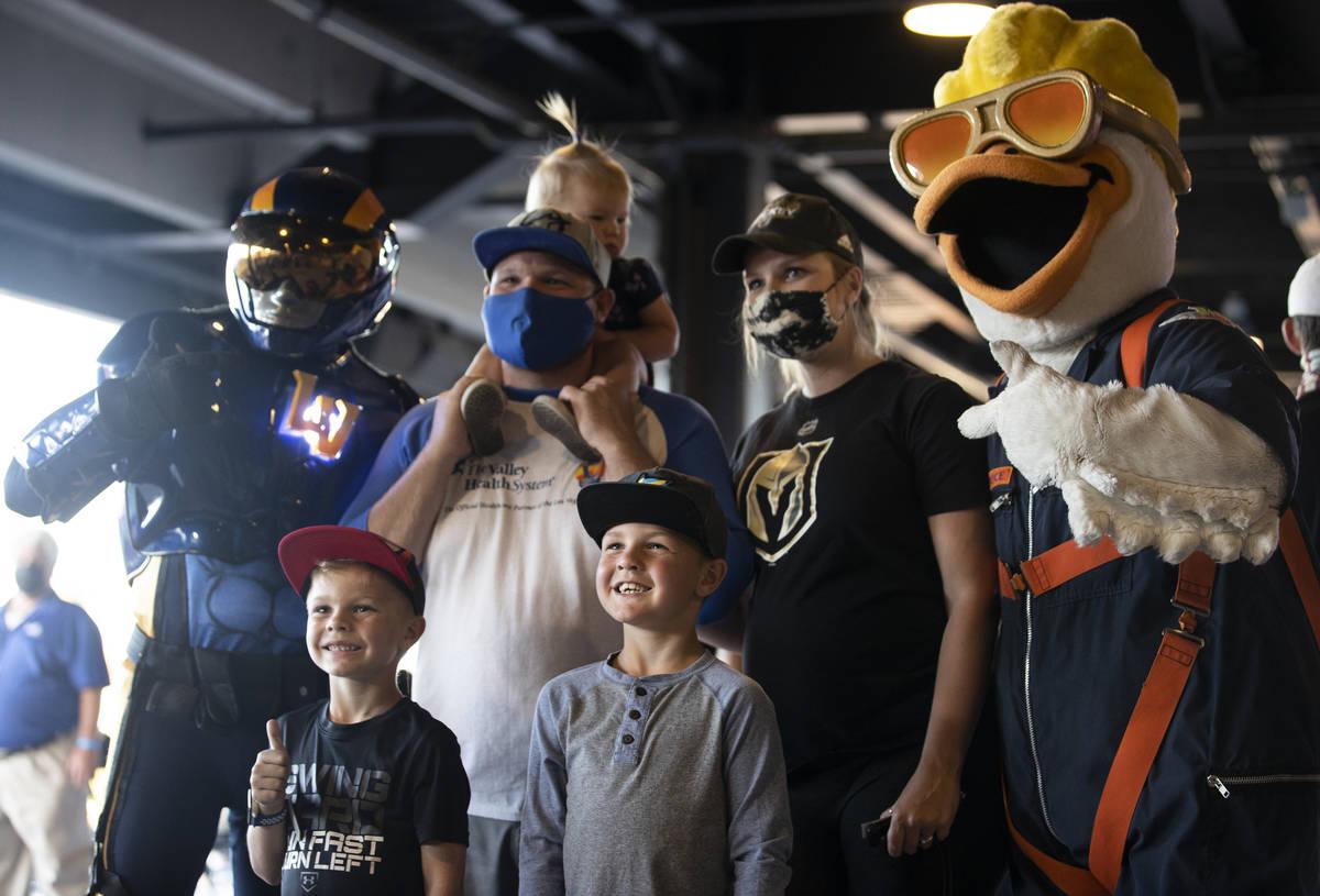 Spruce the Goose recibe a los fans antes del inicio de un partido de béisbol de la categoría ...