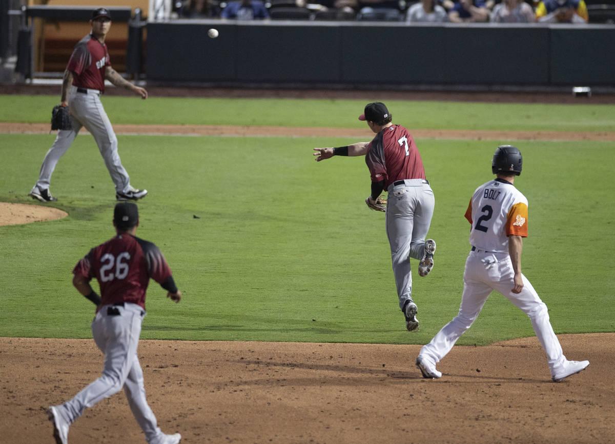 El infielder de los Sacramento River Cats, Mitchell Tolman (7), hace un lanzamiento de salto an ...