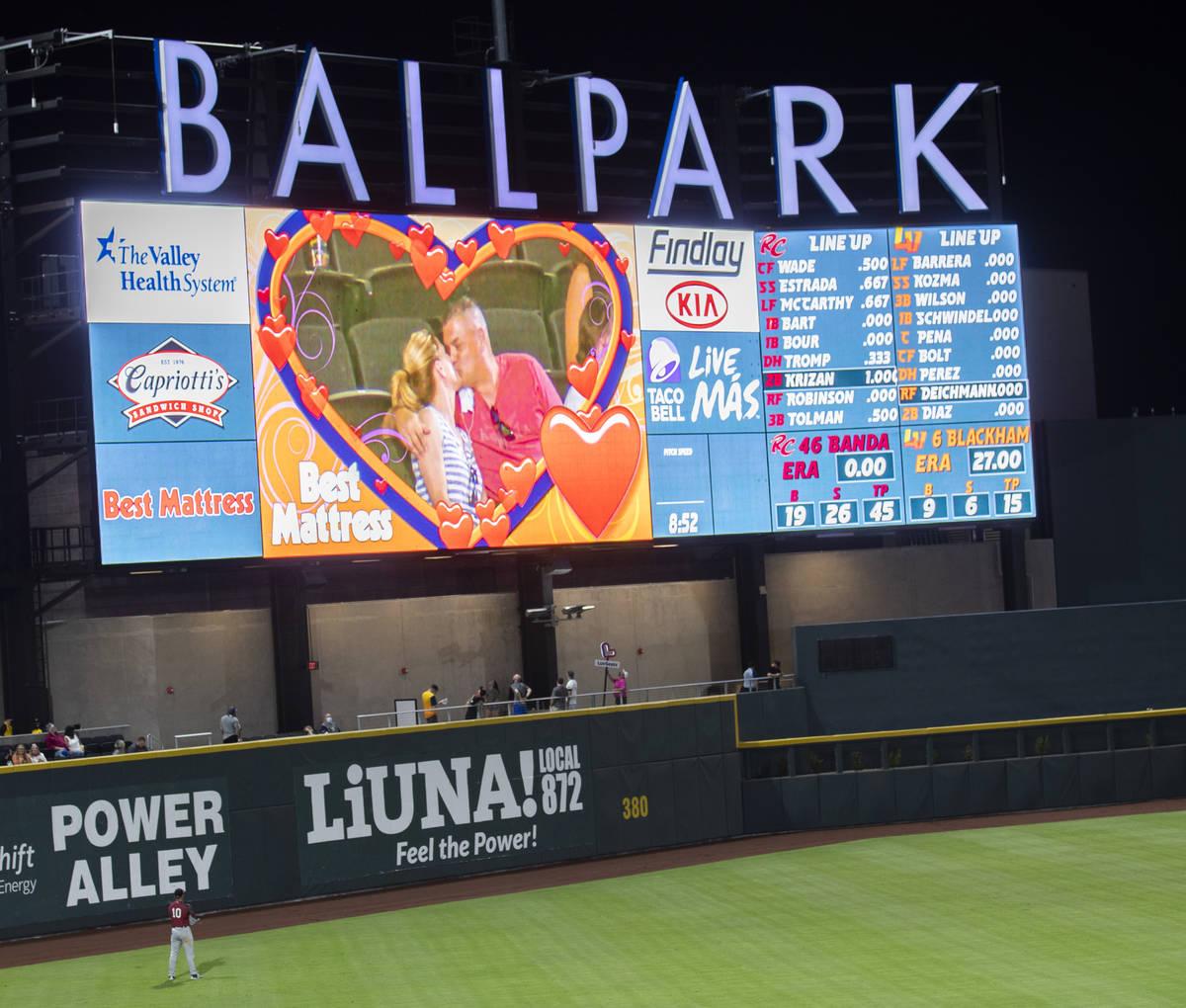 """Fans se besan en la """"kiss cam"""" durante un partido de béisbol de la categoría Triple A contra ..."""