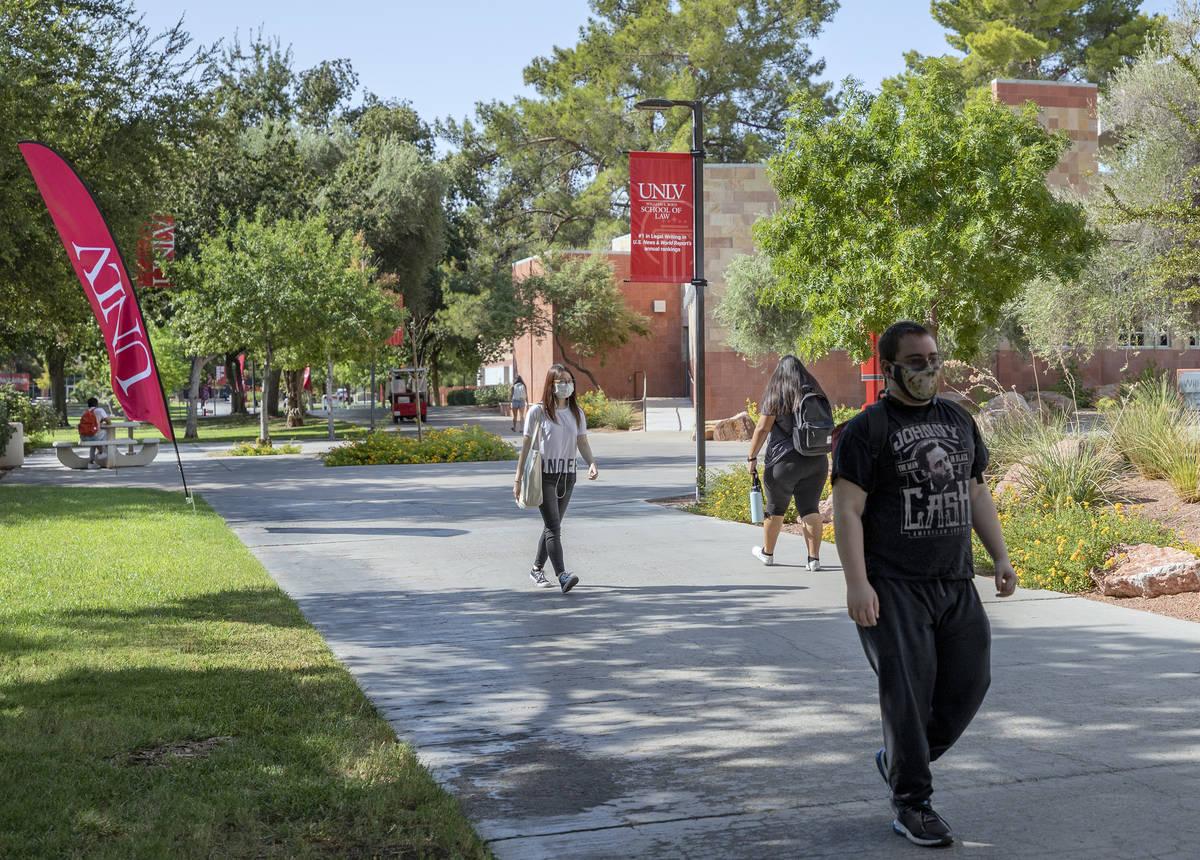 Estudiantes caminando por el campus de la UNLV en Las Vegas en la mañana del jueves, 27 de ago ...