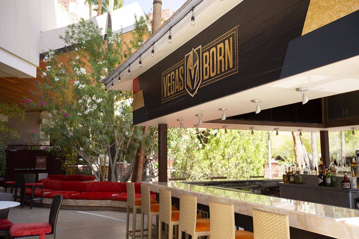 El bar de la piscina en el patio del popup temático de los Golden Knights en Crimson Lounge de ...