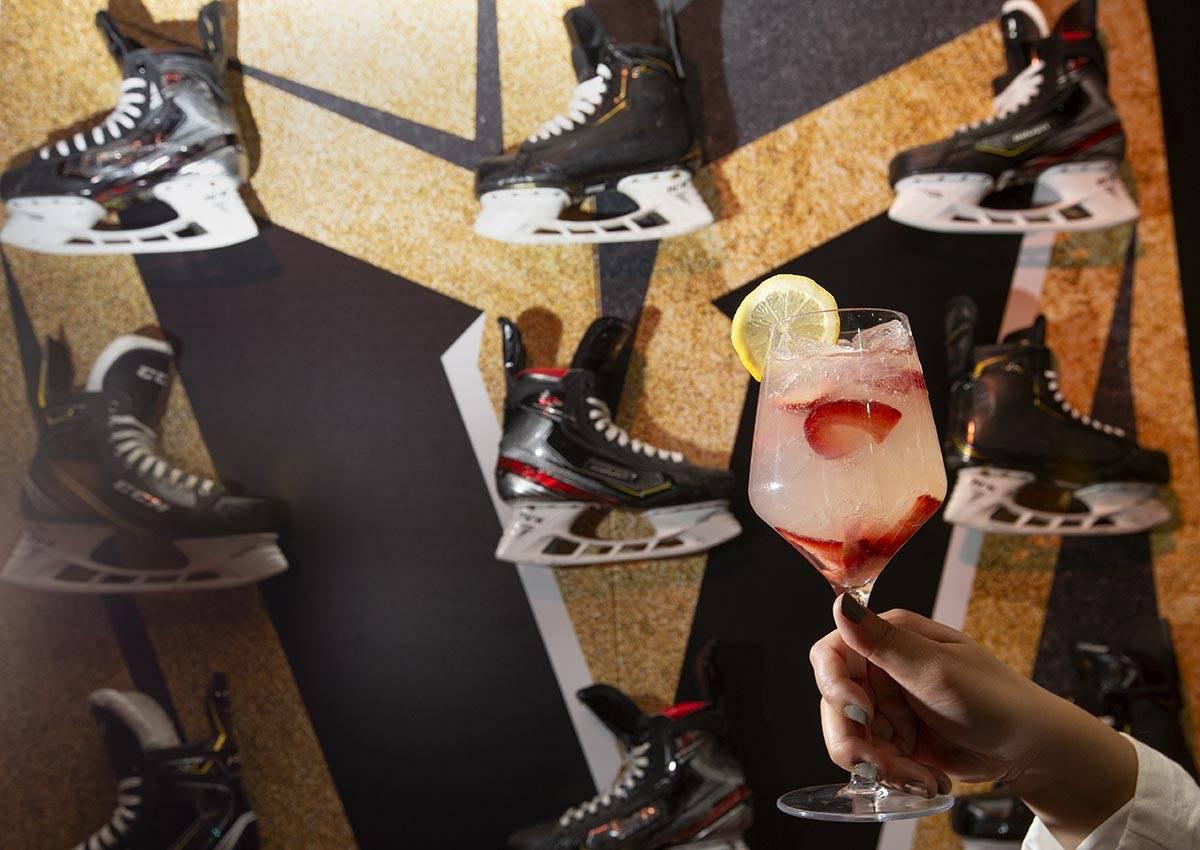 El cóctel Fleury en el popup temático de los Golden Knights en Crimson Lounge de Red Rock Cas ...