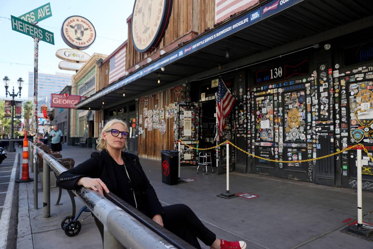 Michelle Dell, propietaria de Hogs & Heifers Saloon, en su bar en Third Street, en el centro de ...