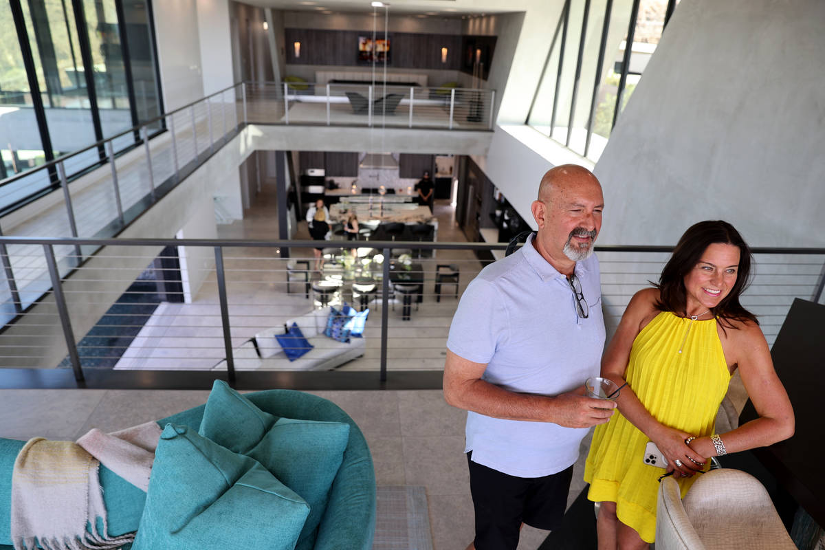 La agente de bienes raíces Vanessa Hamrick y su marido Lance en una casa personalizada en 681 ...