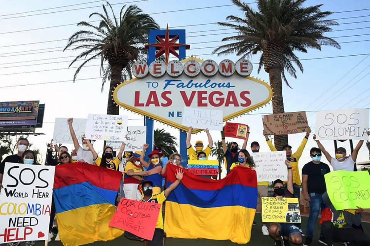 Por lo menos 70 personas se reunieron para manifestarse ante la crisis que está viviendo Colom ...