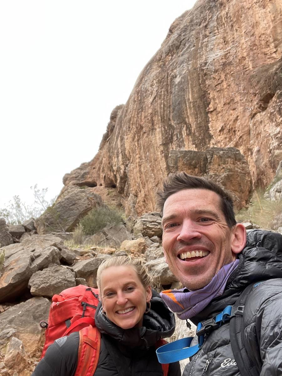 Adrian Ballinger y Emily Harrington posan en The Fall of Man en Virgin River Gorge. (Emily Har ...