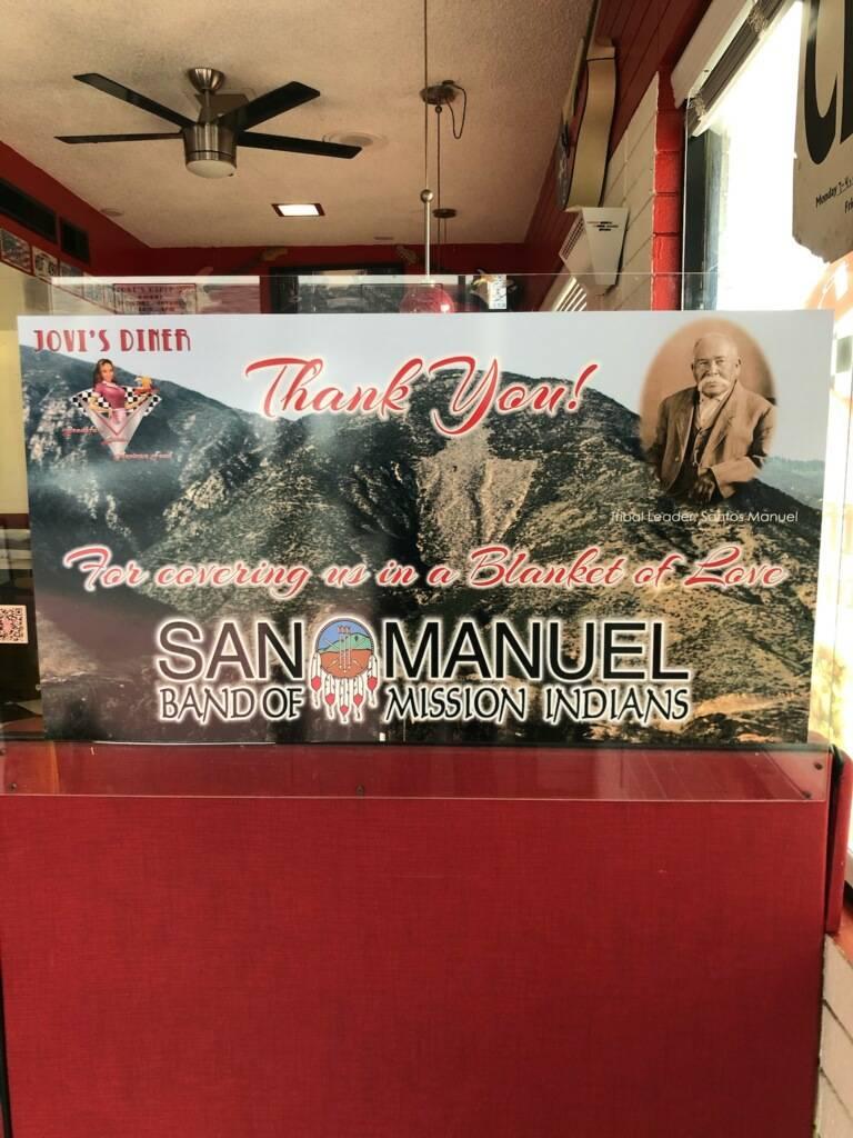 En el restaurante Jovi's Diner de San Bernardino, California, se puede ver una muestra de agrad ...