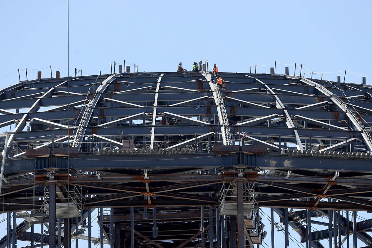 Trabajadores en la MSG Sphere en The Venetian mientras la estructura comienza a tomar forma con ...