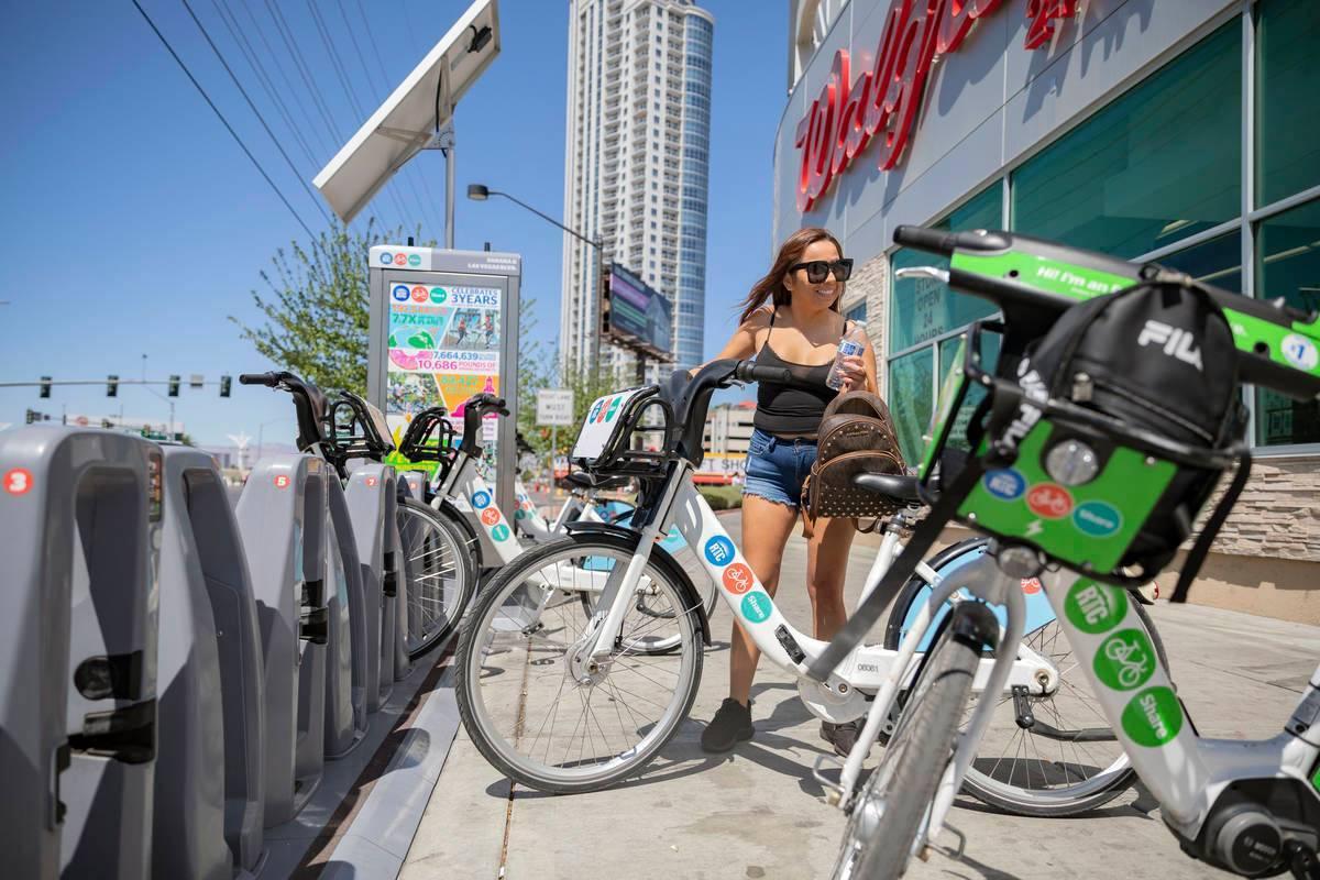En esta foto de archivo, Maribel Leyva renta una bicicleta de RTC Bike Share en la avenida East ...