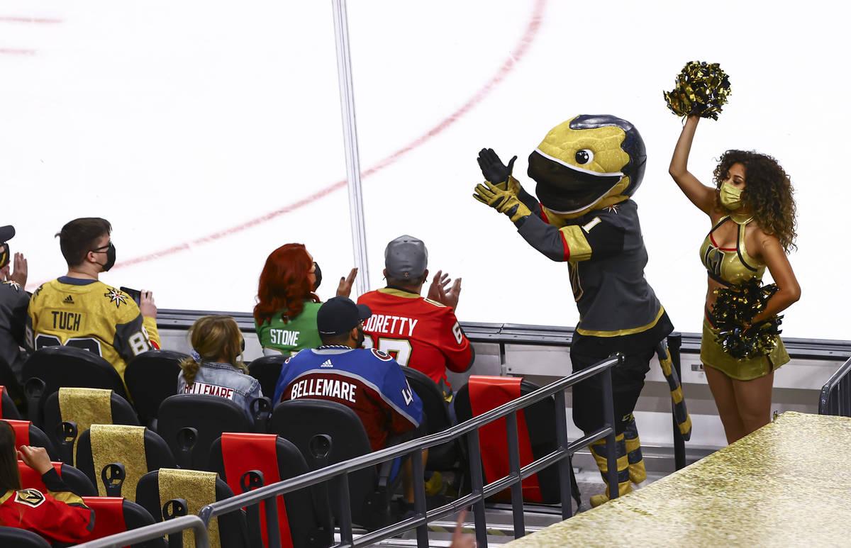 La mascota de los Golden Knights, Chance, anima al público durante el primer periodo de un par ...