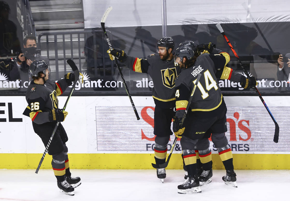 Alex Pietrangelo de los Golden Knights celebra su gol contra los Colorado Avalanche durante el ...