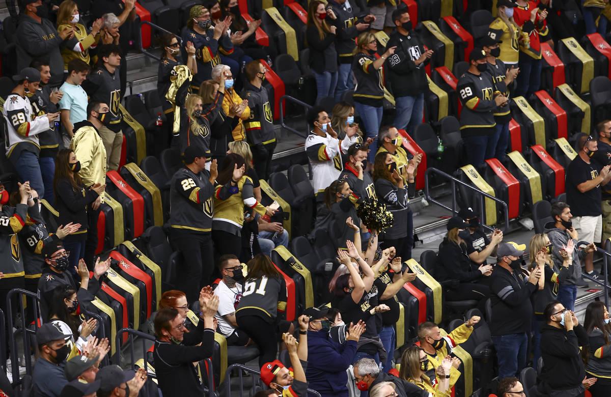 Fans de los Golden Knights celebran tras un gol del defensa Alex Pietrangelo, que no aparece en ...