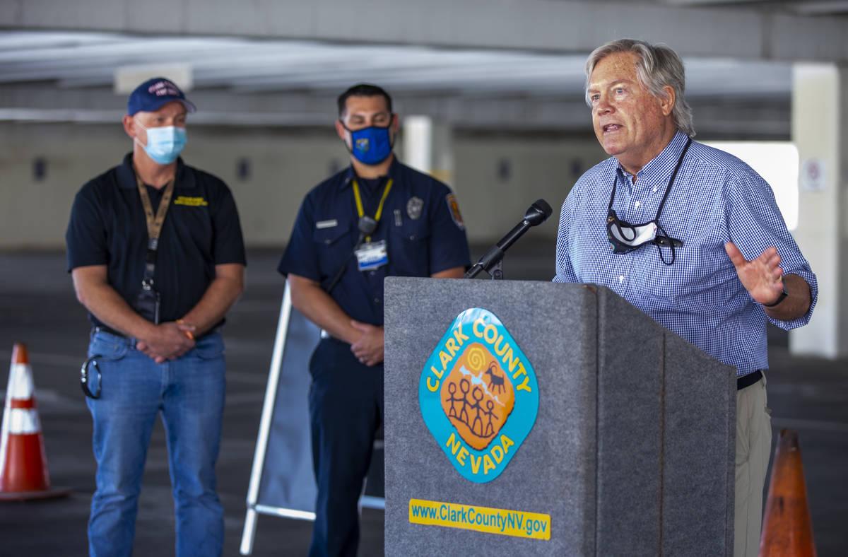 El comisionado Tick Segerblom habla con los medios de comunicación mientras el Distrito de Sal ...