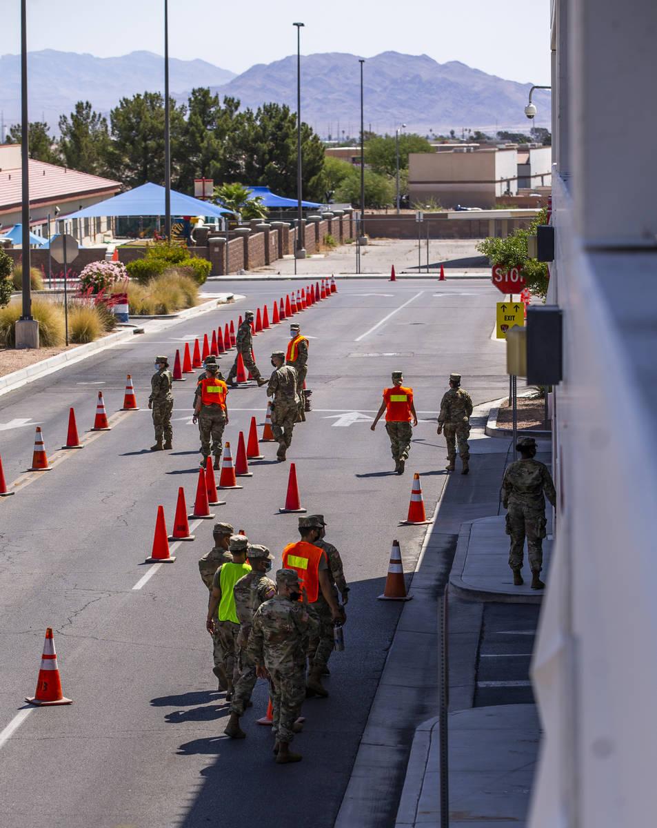 Las tropas de la Guardia Nacional de Nevada comienzan a instalarse mientras el Distrito de Salu ...