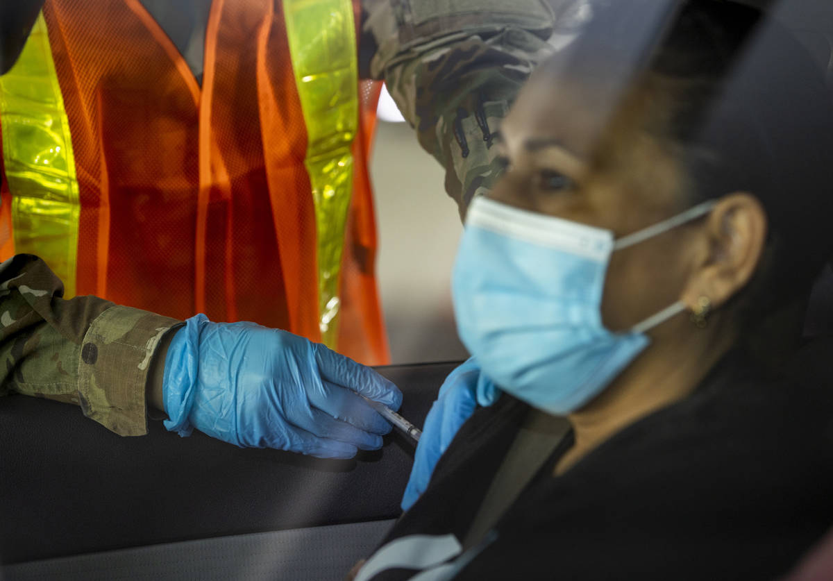La soldado de la Guardia Nacional de Nevada, Alicia Vavona, pone una inyección durante una vis ...