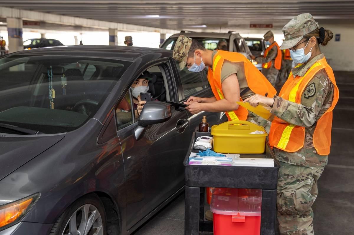 Andy Ruiz, a la izquierda, observa mientras el SRA de la Guardia Nacional de Nevada, Dooley Geg ...